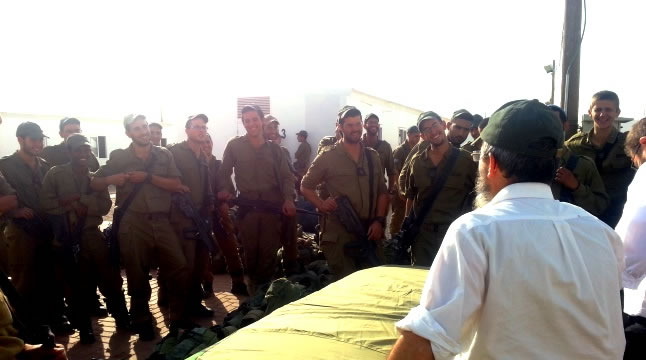 Rav Fendel visiting soldiers mobilized on the frontline